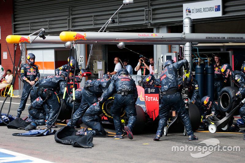 Daniel Ricciardo, Red Bull Racing RB12 fa un pit stop