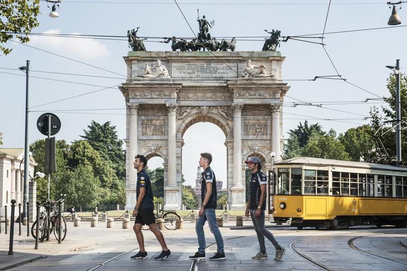 Daniel Ricciardo, Carlos Sainz Jr. e Daniil Kvjat attraversano la strada di fornte all'Arco della Pa