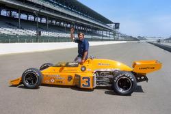 Ganador de la carrera Johnny Rutherford, McLaren M16C