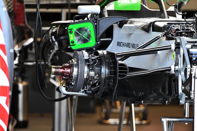 Haas F1 Team VF-18  ön fren detay