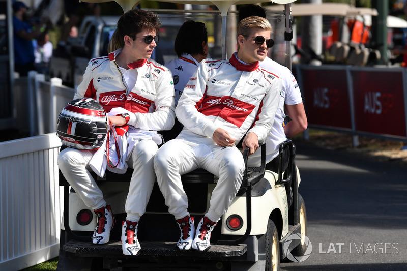 Charles Leclerc e Marcus Ericsson, da Alfa Romeo Sauber circulam em carrinho elétrico