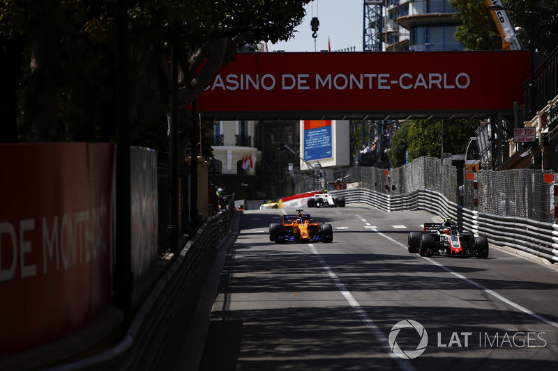 Kevin Magnussen, Haas F1 Team VF-18, devant Fernando Alonso, McLaren MCL33, et Charles Leclerc, Sauber C37