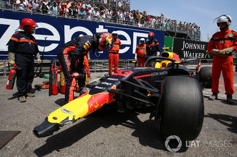Max Verstappen, Red Bull Racing RB14 regarde sa voiture endommagée