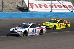 Kurt Busch, Stewart-Haas Racing, Ford Fusion Mobil 1/Haas Automation and Paul Menard, Wood Brothers Racing, Ford Fusion Menards / Dutch Boy