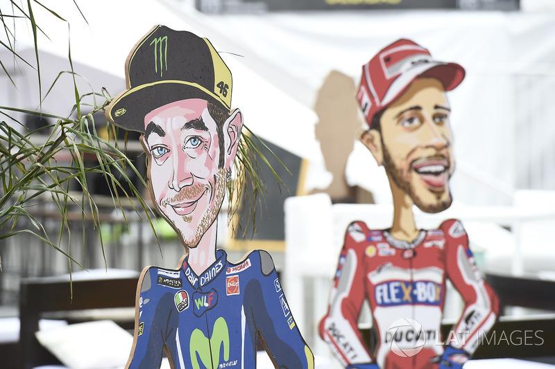 Фігури Валентино Россі, Yamaha Factory Racing, та Андреа Довіціозо, Ducati Team