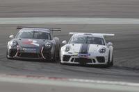 توم أوليفانت والفيصل الزُبير في معركة خلال السباق الثاني من جولة دبي في تحدي بورشه جي تي 3 الشرق الأوسط