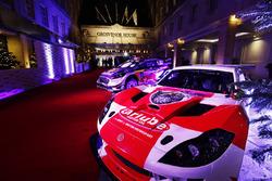 Un auto Ginetta y Ford WRC en exhibición