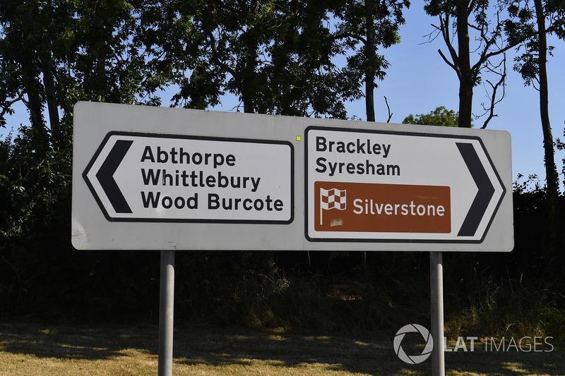 Silverstone Village, cartelli stradali
