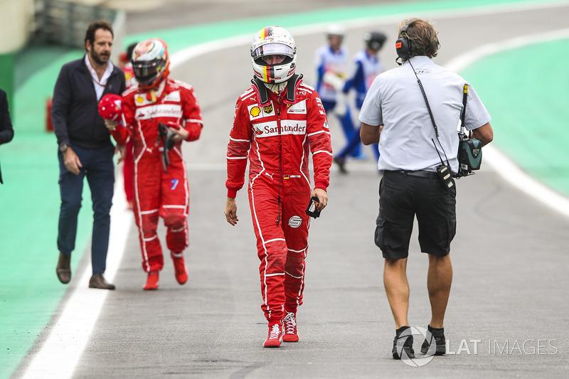 Sebastian Vettel, Ferrari, Kimi Raikkonen, Ferrari, sıralama turları sonunda yanlış yere park ettikten sonra parc ferme'ye yürüyor