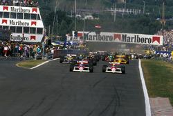 Alain Prost, McLaren MP4/4 precede il compagno di squadra Ayrton Senna, McLaren MP4/4 e Ivan Capelli, March 881 alla partenza
