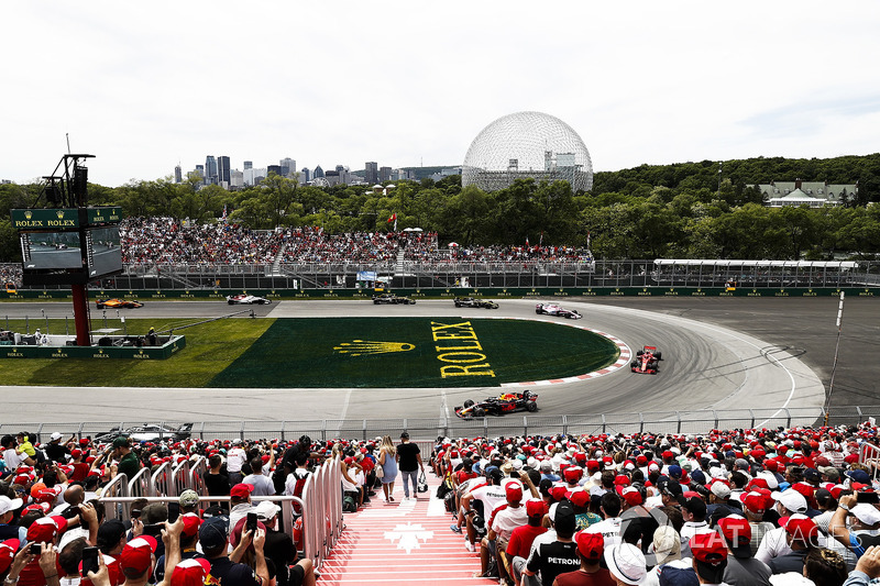 Daniel Ricciardo, Red Bull Racing RB14, leads Kimi Raikkonen, Ferrari SF71H, and Esteban Ocon, Force India VJM11
