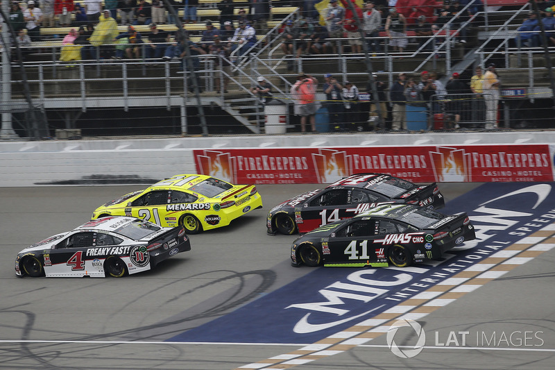 Kevin Harvick, Stewart-Haas Racing, Ford Fusion Jimmy John's Paul Menard, Wood Brothers Racing, Ford