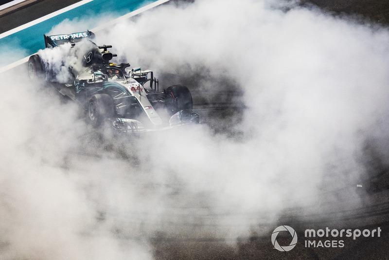 Lewis Hamilton, Mercedes-AMG F1 W09 hace donas al final