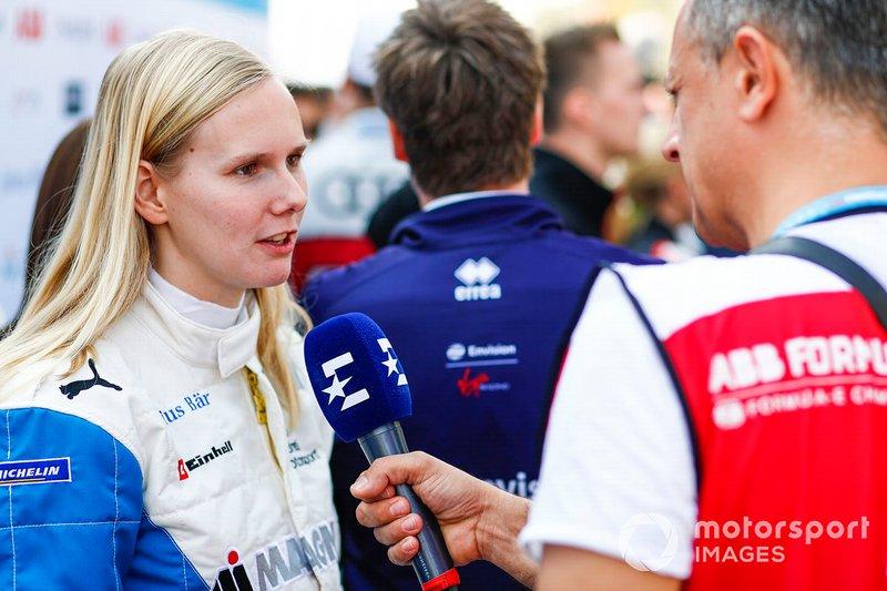 Beitske Visser, BMW I Andretti Motorsports., parla con un giornalista