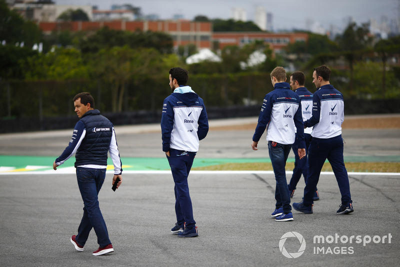 Sergey Sirotkin, Williams Racing, parcourt la piste à pied