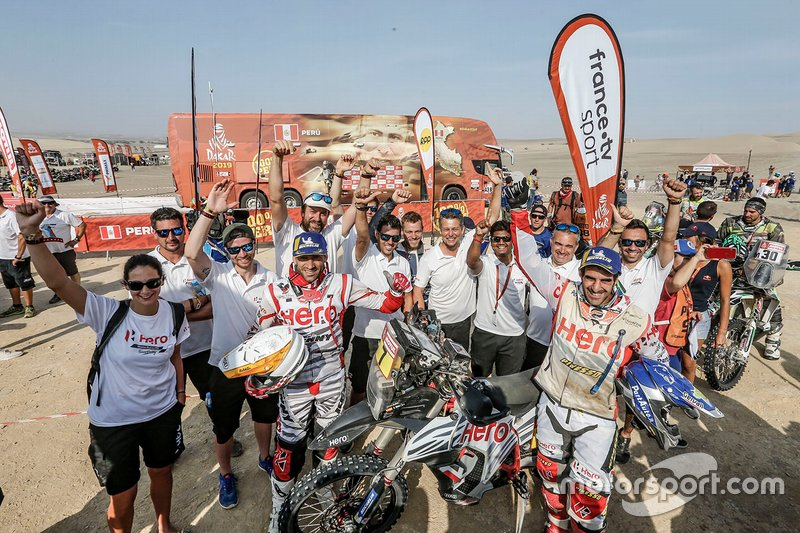 Joaquim Rodrigues, Oriol Mena avec les mécaniciens HERO Motorsports Team Rally