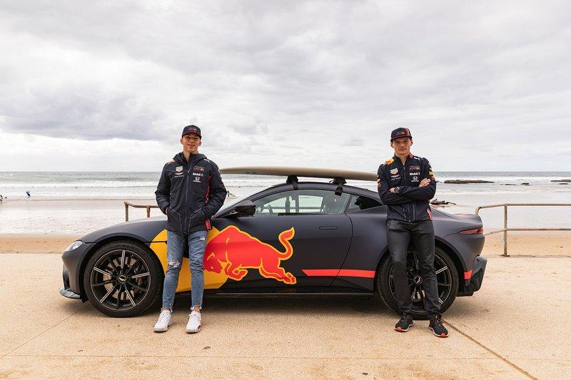 Il tre volte campione del mondo di surf Mick Fanning porta Max Verstappen e Pierre Gasly a fare surf a Torquay
