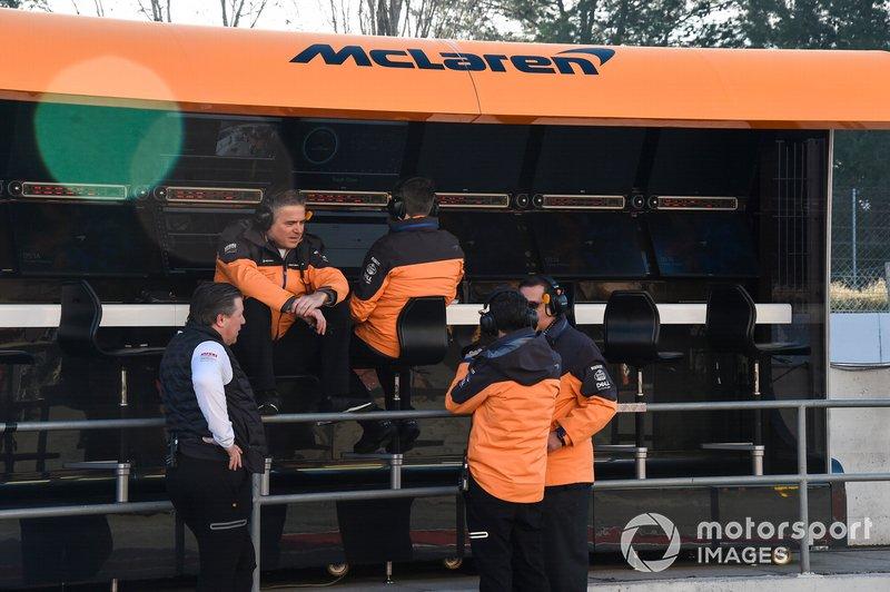 Zak Brown, Direttore Esecutivo McLaren, e Gil de Ferran, Direttore Sportivo, McLaren, al muretto box