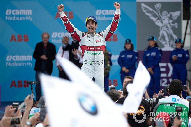 El ganador de la carrera Lucas Di Grassi, Audi Sport ABT Schaeffler celebra al victoria camino al podio