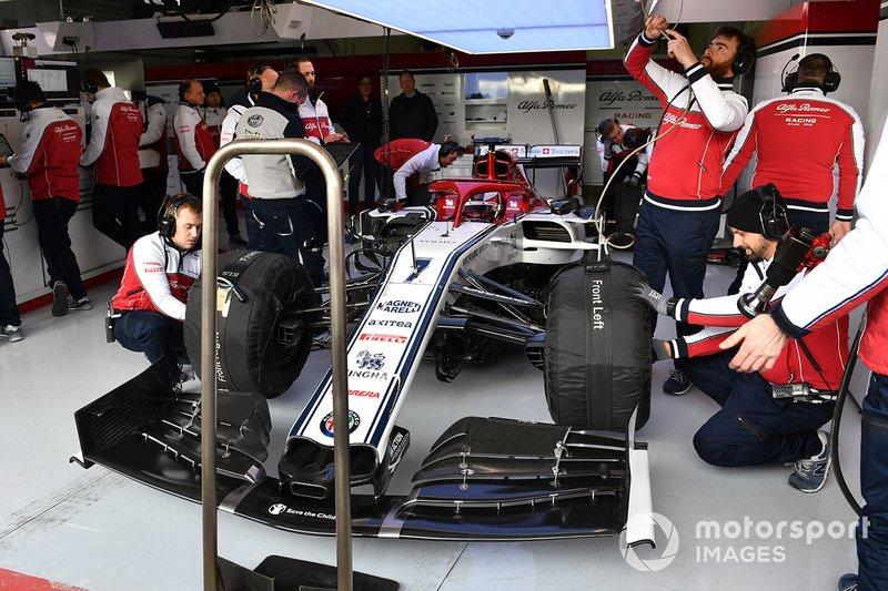 Kimi Raikkonen, Alfa Romeo Racing C38 in de pitbox
