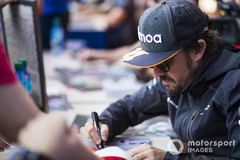 Fernando Alonso, McLaren firma autógrafos