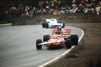 Ronnie Peterson, March 711-Ford, lidera a Chris Amon, Matra-Simca MS120B