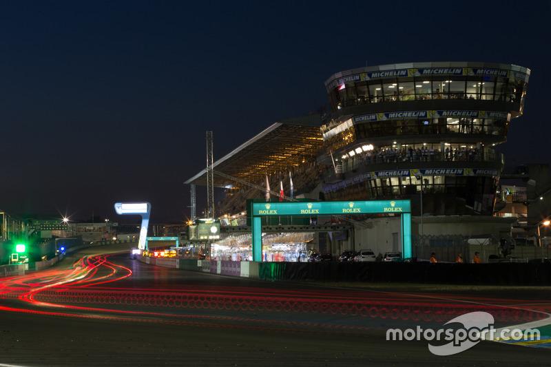 A reta dos boxes é o ponto iluminado do circuito à noite - sem ser pelas luzes dos carros, claro.