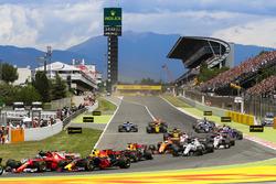 Столкновение на старте: Кими Райкконен, Ferrari SF70H, и Макс Ферстаппен, Red Bull Racing RB13
