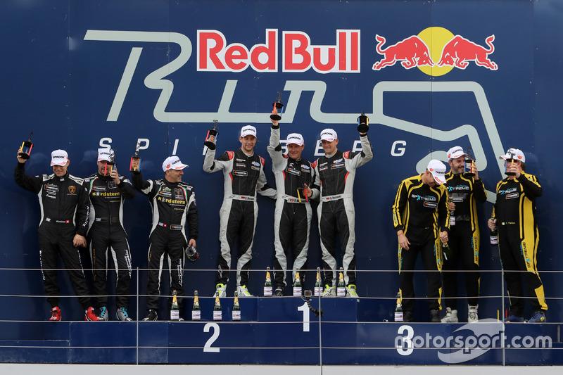 Podio general, ganador de la carrera #911 Herberth Motorsport Porsche 991 GT3 R: Daniel Allemann, Robert Renauer, Alfred Renauer