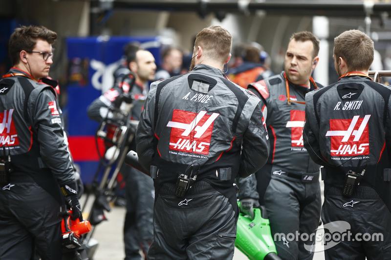 Haas F1 Team mechanics on the grid