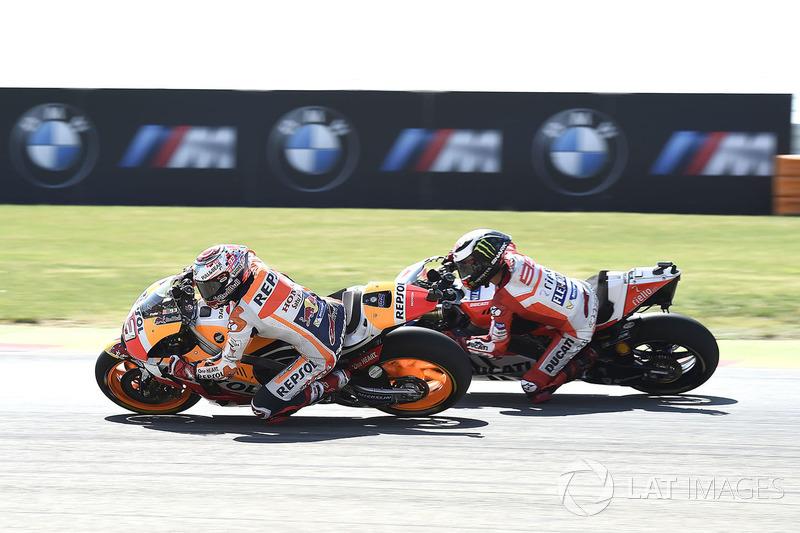 Después de liderar 16 vueltas, al seis del final Marc Márquez adelantó a Lorenzo, al que finalmente también pasaría Dani Pedrosa a dos giros de la conclusión del GP de Aragón 2017