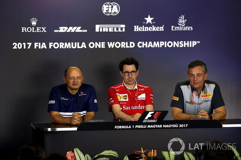 Frederic Vasseur, director del equipo Sauber, Mattia Binotto, director técnico de Ferrari y Mario Isola, Pirelli deportivas Director