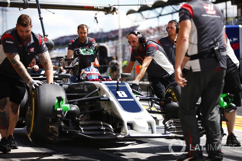 I meccanici attendono Romain Grosjean, Haas F1 Team, nel suo box