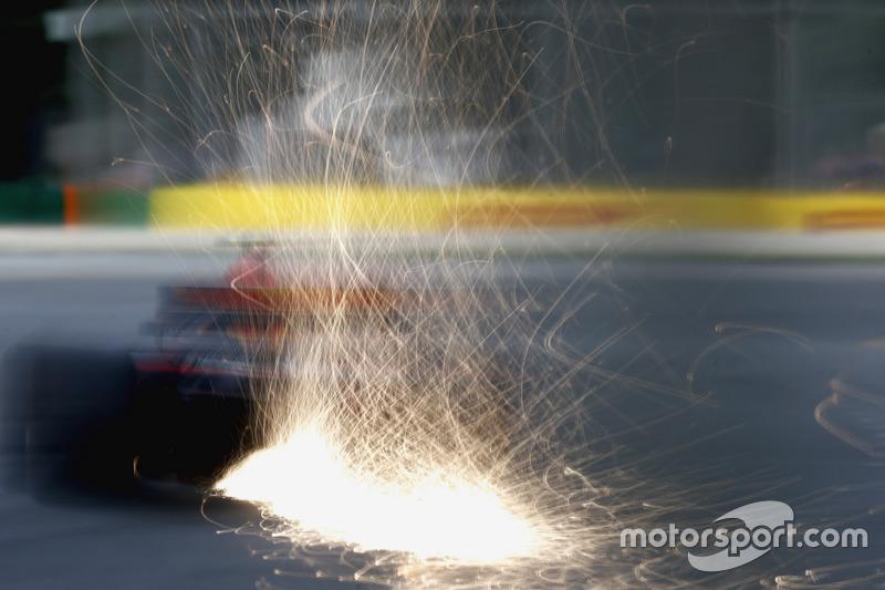 Max Verstappen, Red Bull Racing RB13 fait des étincelles