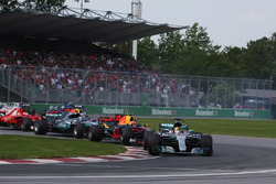 Lewis Hamilton, Mercedes AMG F1 W08, Max Verstappen, Red Bull Racing RB13, Valtteri Bottas, Mercedes AMG F1 W08, Sebastian Vettel, Ferrari SF70H, the rest of the pack at the start