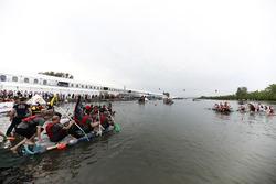 El equipo McLaren va hacia la carrera de lanchas