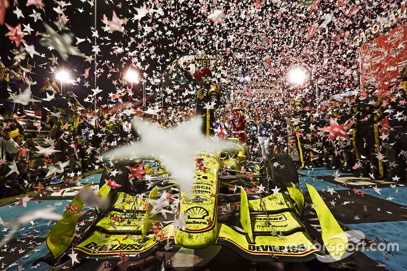 Simon Pagenaud, Team Penske Chevrolet celebra en Victory lane