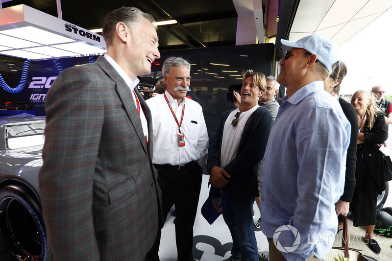 Sean Bratches, director comercial, Formula One Group, Chase Carey, Presidente, Formula One, con Woody Harrelson