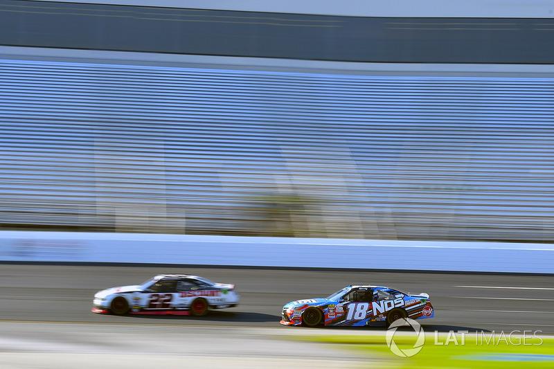 Brad Keselowski, Team Penske Ford y Kyle Busch, Joe Gibbs Racing Toyota