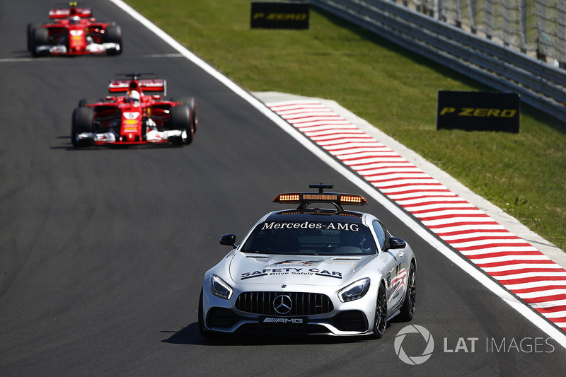 El coche de seguridad al frente de Sebastian Vettel, Ferrari SF70H y Kimi Raikkonen, Ferrari SF70H