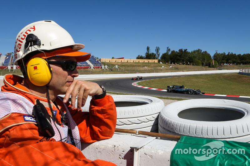 Marshal observes Lewis Hamilton, Mercedes-Benz F1 W08