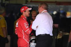 Гонщик Ferrari Себастьян Феттель и управляющий директор FOM Браун