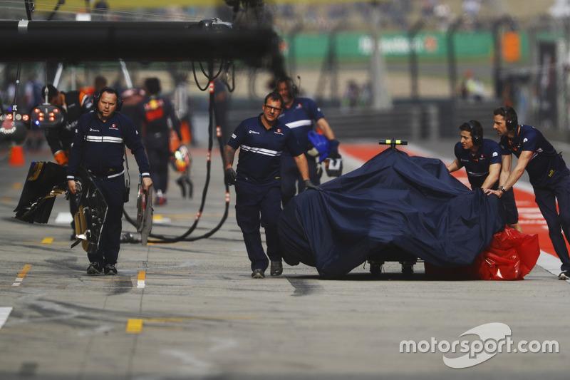 Los mecánicos de Sauber empujan el Sauber de Antonio Giovinazzi