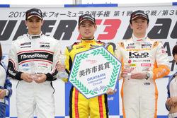 優勝した高星明誠(中央)、アレックス・パロウ(左)、宮田莉朋(右)