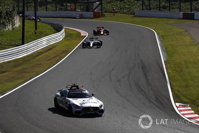 El coche de seguridad por delante de Lewis Hamilton, Mercedes AMG F1 W08, Max Verstappen, Red Bull Racing RB13