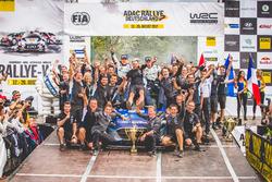 El ganador Ott Tänak, Martin Järveoja, Ford Fiesta WRC, M-Sport con el equipo