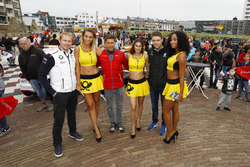 Maxime Martin, BMW Team RBM, BMW M4 DTM, Loic Duval, Audi Sport Team Phoenix, Audi RS 5 DTM, Paul Di Resta, Mercedes-AMG Team HWA, Mercedes-AMG C63 DTM con chicas de la parrilla