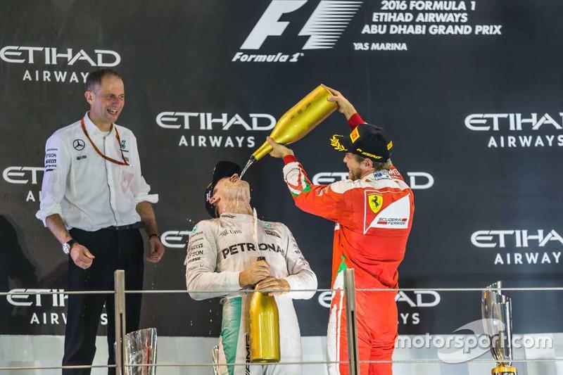 Podio:segundo lugar Nico Rosberg, Mercedes AMG F1 y el tercer lugar Sebastian Vettel, Ferrari celebr