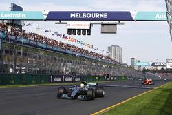 Lewis Hamilton, Mercedes AMG F1 W08, devant Sebastian Vettel, Ferrari SF70H et Valtteri Bottas, Mercedes AMG F1 W08