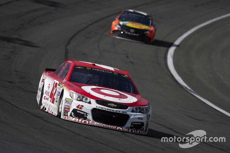 Kyle Larson, Chip Ganassi Racing Chevrolet y Martin Truex Jr., Furniture Row Racing Toyota
